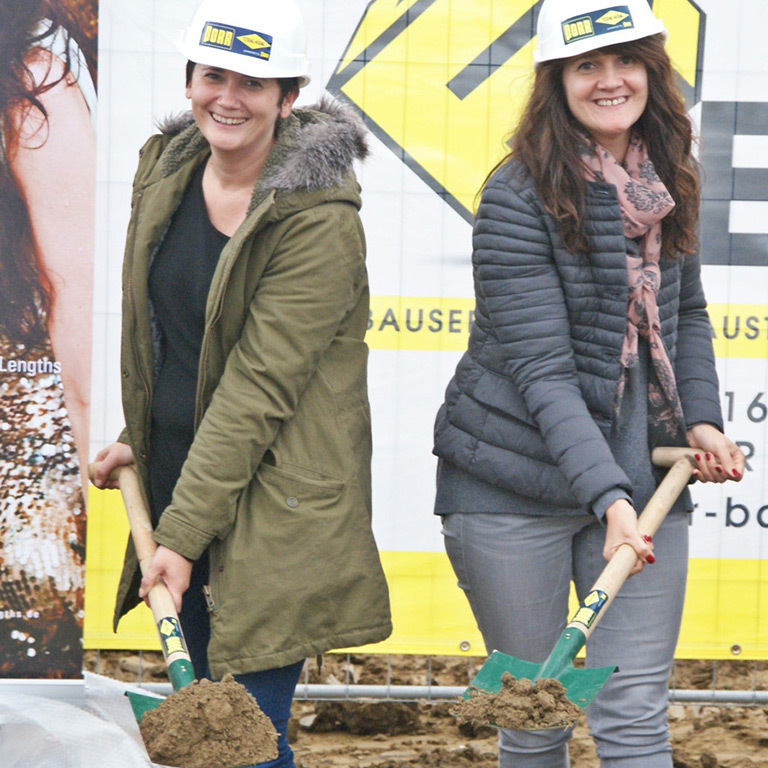 Anita und Silvia Lafer beim Spatenstich (© Great Lengths)
